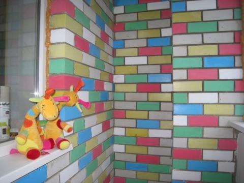 С помощью разноцветных красок для кирпича, вы можете создать детскую зону во дворе возле дома