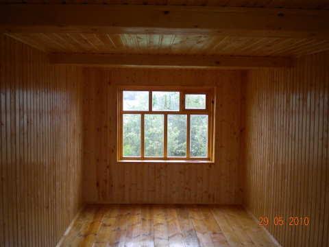 Со временем деревянные стены дома могут рассохнуться и деформироваться, поэтому стоит заранее предусмотреть этот вариант