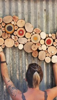 Собрать деревянные детали можно в виде необычных фигур, повторяющих элементы интерьера или дизайна