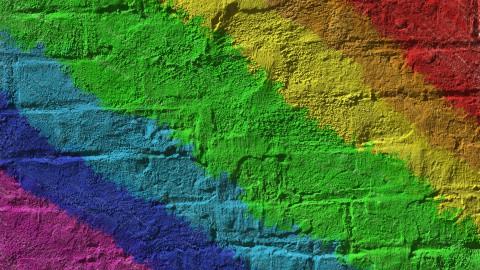 Создавая яркую разноцветную стену, вы также можете использовать различные инструменты для нанесения краски на кирпич