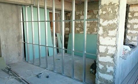 Строя дополнительную стену из гипсокартона, необходимо соорудить каркас.