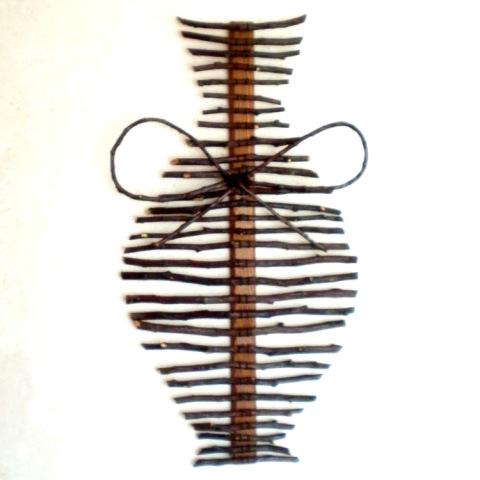В деревянном панно-икебане, главным являются веточки дерева с различными дополнениями