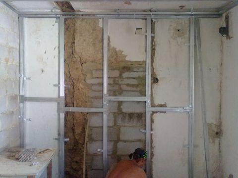 В старых домах, стены зачастую не просто неровные, но даже могут быть частично разрушены.