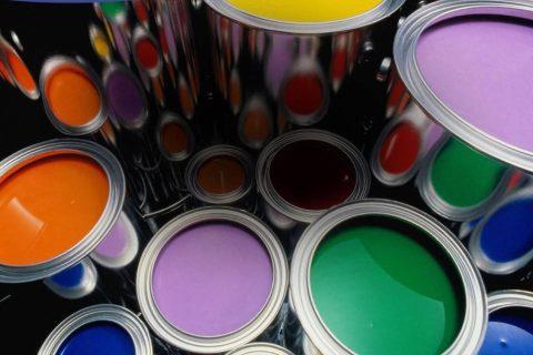 Воднодисперсионная краска для кирпичных стен более жидкая и дешёвая, чем другие виды красок