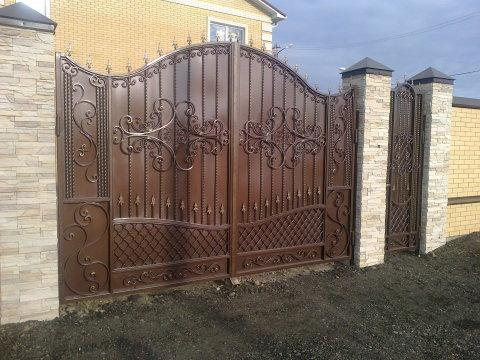 Ворота, окрашенные кузнечной краской, смотрятся эстетично и дорого
