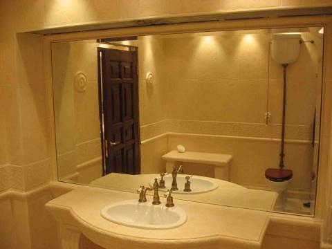 Зеркало во всю стену в ванной.