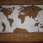 Мы видим панно из пробки на стену, в виде мировой карты