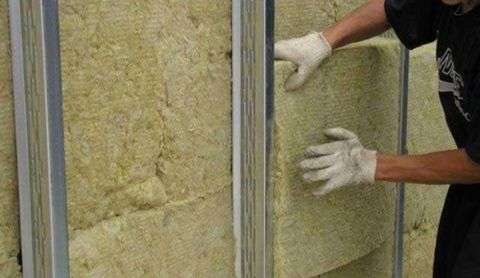 Чаще всего для утепления стен используется минеральная вата.