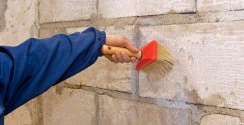 Грунтуем стену