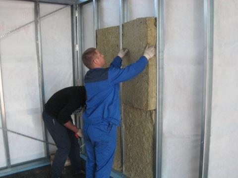 Иногда для утепления стен дополнительно строится каркас.