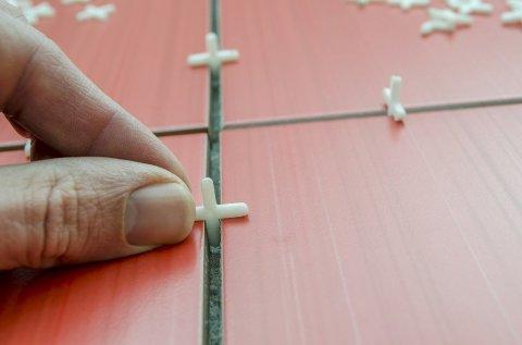 Используем крестики при укладке плитки