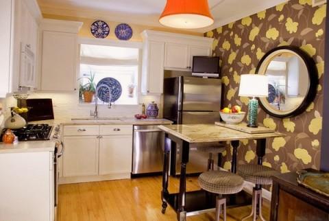 Крупный рисунок обоев в интерьере кухни