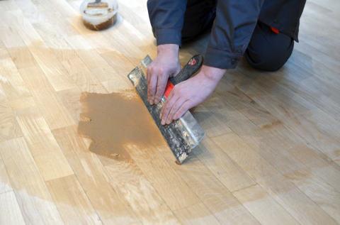 Мы видим, как просто самому, без особых усилий и инструментов, нанести шпаклёвку на деревянный пол.