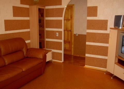 Мы видим пример частичной отделки стены пробковыми панелями.