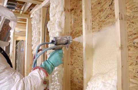 Мы видим пример нанесения полиуретана на деревянные стены.