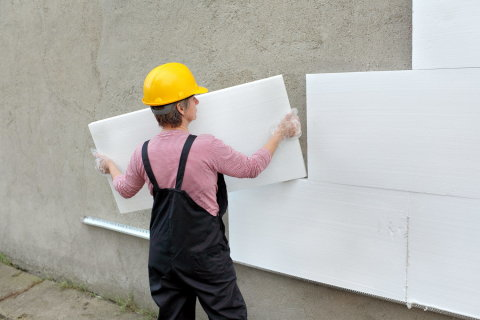 Мы видим пример утепления наружных стен с помощью пенопласта.