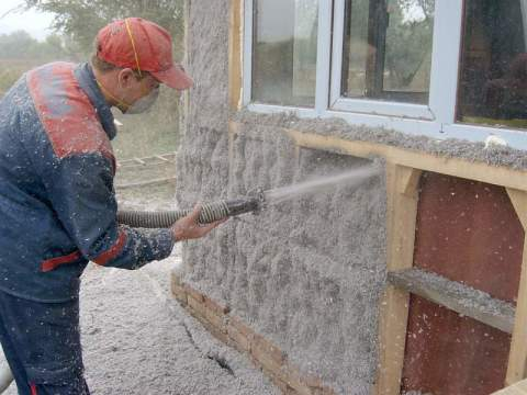 Мы видим пример утепления наружных стен с помощью пенополиуретана.