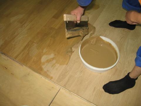 На фото мы видим пример нанесения штукатурки на деревянные полы.