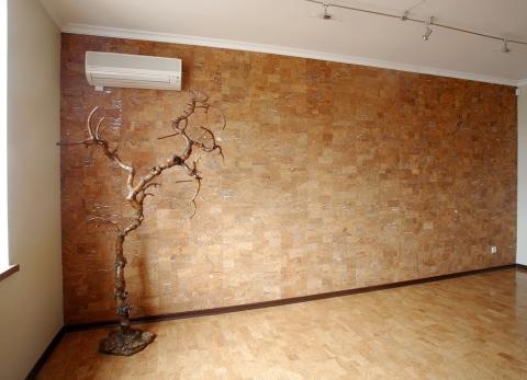 На фото мы видим пример отделки стены пробковыми панелями.