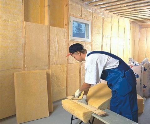 На фото мы видим пример утепления стен в доме с помощью листов минеральной ваты.