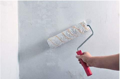 Перед нанесением покрытия стены нужно обработать краской – грунтом, который должен совпадать по цвету с самим отделочным покрытием.