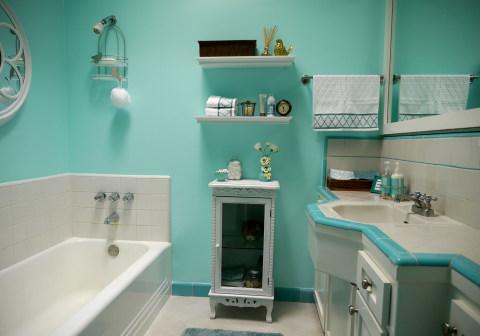 Покраска ванной в голубых тонах