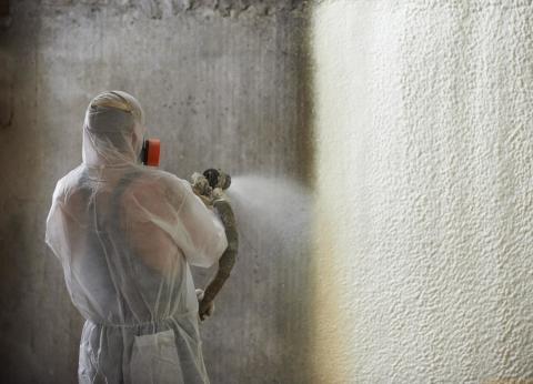 Полиуретан может наноситься на стены различными по толщине слоями.