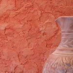 При этом толщина наносимого слоя штукатурки зависит от ее зернистости. Когда материал перестает липнуть к инструментам на обработанной поверхности с помощью терки можно создать рисунок.