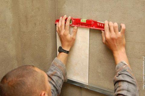 Проверяем правильность крепления плитки