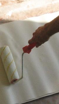 Равномерно намазывают клей на полотно валиком