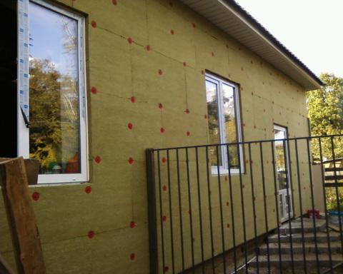 С помощью минеральной ваты можно утеплять как внутренние стены, так и наружные.