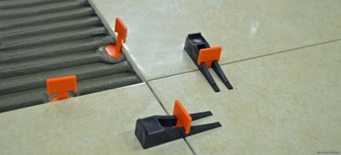 Система выравнивания плитки «клин-зажим»