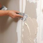 Устранение остатков старого декоративного покрытия, очистка поверхности от загрязнений и жирных пятен. При надобности проводится ее выравнивание посредством песчано-цементной смеси.