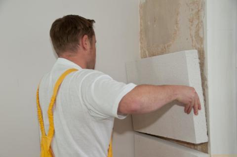 Утепляя внутренние стены пенопластом, нужно помнить, что он не паропроницаем.