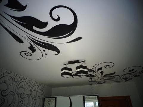Белый потолок с контрастным выделением