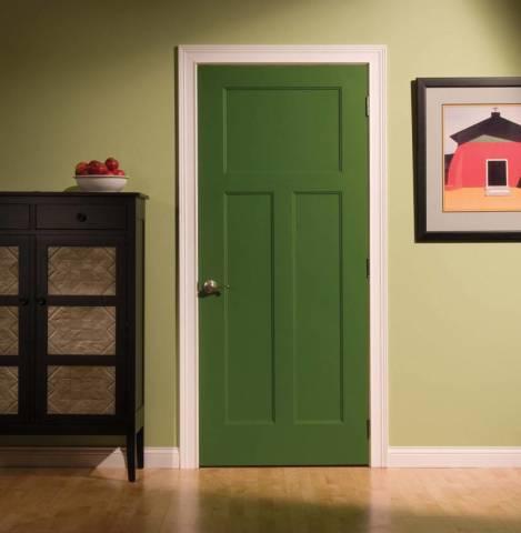 Благородный вид окрашенной двери
