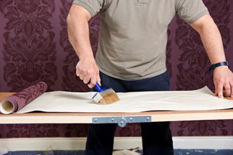 Далее с помощью кисти на обойную полоску наноситься уже отстоявшийся клей.