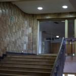 Декоративные стены лестницы плиткой с подсветкой