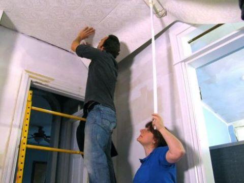 Флизелиновые обои на потолок как клеить?