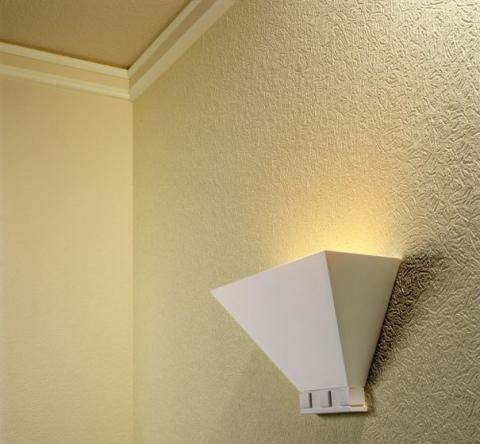 Гладкие обои на потолке и рельефные на стенах.