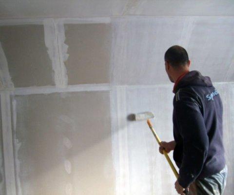 Грунтуем стены в новом доме