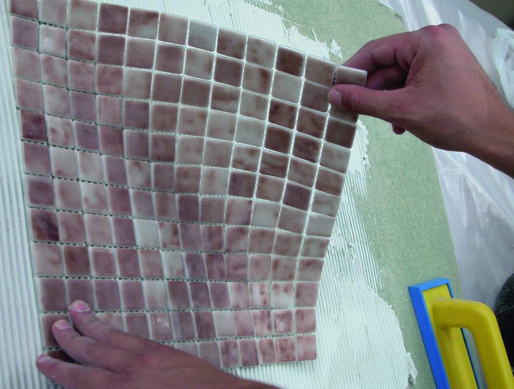 Укладка мозаичной плитки в ванной своими руками 41