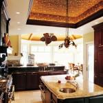 Комбинированный потолок в кухне