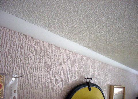 Крупный рельеф отлично выравнивает стены.
