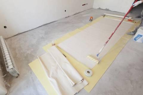 На полу в соответствии с размерами отмеряется полоса обоев.
