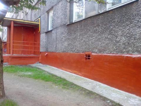 Нанесение алкидной краски на фундамент дома