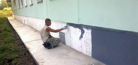 Нанесение эпоксидной краски на фундамент дома