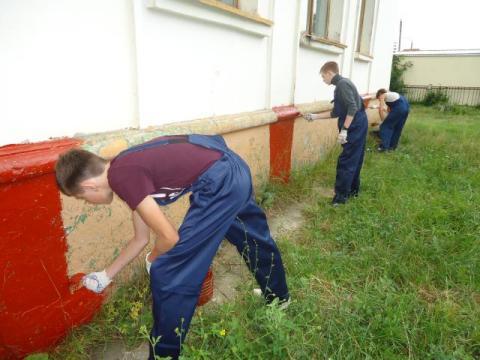 Нанесение полиуретановой краски на фундамент дома