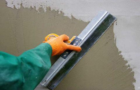 Нанесение шпаклевки на фасад.