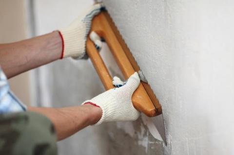 Нанесение смеси на стену.